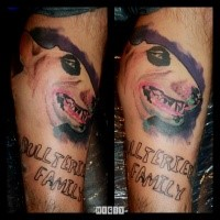 Realismusstil farbiger Unterschenkel Tattoo des großen Hundes mit Beschriftung
