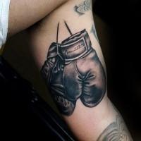 Realismus Stil gefärbtes Denkmal Bizeps Tattoo mit Boxhandschuhe und Zahlen