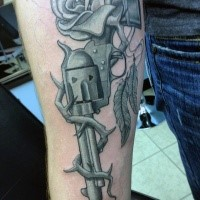 Realismus Stil farbiges Revolver Tattoo auf Unterarm mit Rose Rebe