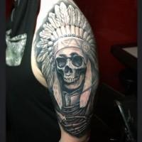Realismus Stil farbiges Schulter Tattoo von indianischem Skelett mit Helm