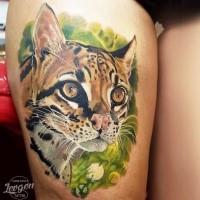 Realismus Stil gefärbtes Oberschenkel Tattoo mit Leopardenkopf