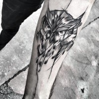 Tatuaje de antebrazo de tinta negra con aspecto realista de cabeza de búho de Inez Janiak