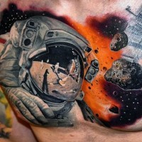 realistico foto colorato astronauta su luna tatuaggio su petto