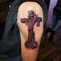 Cruz de madera realista con alambre de púas y tatuaje de tela púrpura