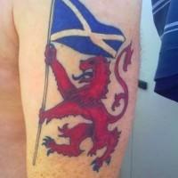 leone rosso con bandiera scozzese tatuaggio su spalla