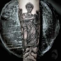 Religiöses farbiges Unterarm Tattoo mit Engel Statue