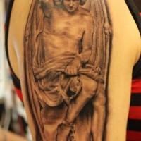 Tatuaggio grande sul braccio l'angelo