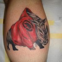 rinoceronte in giacca rossa tatuaggio su gamba