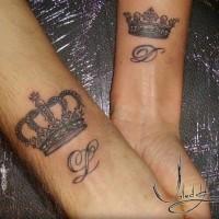 corona romantica tatuaggio su polsi di coppia