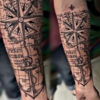 Navegación con temática creativa con apariencia de tatuaje de antebrazo de tinta negra de estrella de mar con ancla y mapa