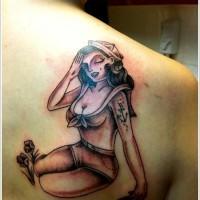marinaio pin up ragazza tatuaggio sulla scapola