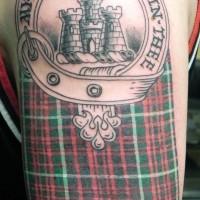 stoffa scozzese con cerchio e castello tatuaggio su spalla