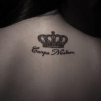 scrittura e corona di re tatuaggio sulla schiena
