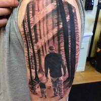 Tatuaje en el hombro, padre con su hijo adorables en el bosque