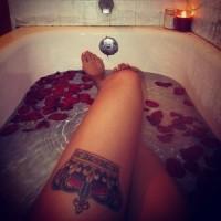 sexy corona tatuaggio sulla gamba