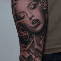 Scharf detaillierte verführerische rauchende Fraue mit Pistole Tattoo am Arm