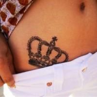 semplice carina corona tatuaggio sulla pancia