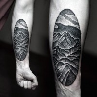 semplice nero e bianco montagna  tatuaggio su braccio