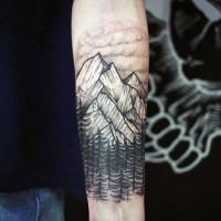 semplice nero e bianco montagna  e foreste tatuaggio su braccio