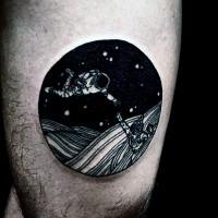 semplice inchiostro nero astronauta tatuaggio su coscia