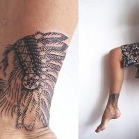 Tatuaje en el tobillo,  león simple en sombrero de plumas, tinta negra