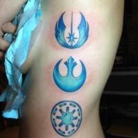 Tatuaje en el costado,  emblemas de la guerra de las galaxias de color azul claro