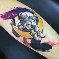 semplice cartone animato divertente astronauta su luna tatuaggio su braccio