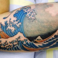 semplice colorato grande onda di oceano tatuaggio su braccio