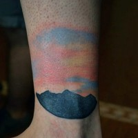 semplice colorato alba con montagna tatuaggio su caviglia