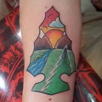 Tatuaje en el antebrazo, arma antigua con dibujo de paisaje lindo