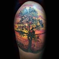 semplice colorato albero solitario sulla riva del lago tatuaggio su spalla