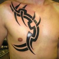 semplice disegno grande inchiostro nero tribale ornamento tatuaggio su petto