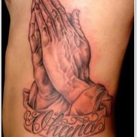 semplice disegno grande colorato mani pregano con lettere tatuaggio su costolette
