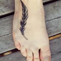 semplice piuma inchiostro nero tatuaggio su piede
