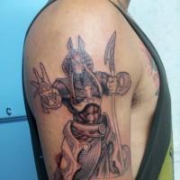 Tatuaje en el brazo, dios Anubis fantástico