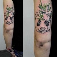 Einfaches hausgemachtes farbiges Arm Tattoo von Pandabären und Bambus
