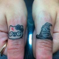 Tatuajes en los dedos,  sombrero seleccionador simple y gato divertido
