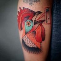 semplice fatto acasa colorato testa di gallo tatuaggio su braccio