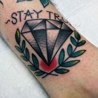 Tatuaje en el tobillo,  diamante gris con ramitas y cita