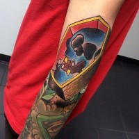 semplice piccolo colorato barra di legno con teschio tatuaggio su braccio