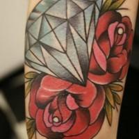 Tatuaje en el brazo, diamante precioso con dos rosas rojas
