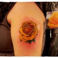 semplice dipinto grande rosa arancione tatuaggio su spalla