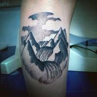 semplice dipinto fatto a mano inchiostro nero fiume su montagna tatuaggio su gamba