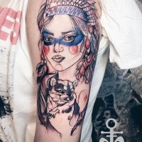 Skizzestil farbiger Oberarm Tattoo der Indischen Frau mit kleinem Maus
