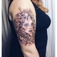 Skizzestil farbiger Oberarm Tattoo der Frau mit Juwelierwaren und Krone