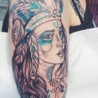 Skizzestil Oberarm Tattoo der Indianischen Frau mit Gefiedern