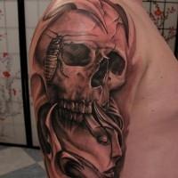 cranio con faccia di donna ed errore tatuaggio sul mezzo di manicotto