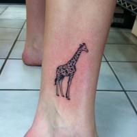 bellissima piccola giraffa tatuaggio su gamba