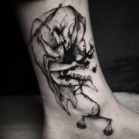 Kleines schwarzes Knöchel Tattoo mit blutiger Gerechtigkeit