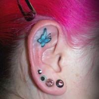 Kleiner blauer Schmetterling Tattoo am Ohr